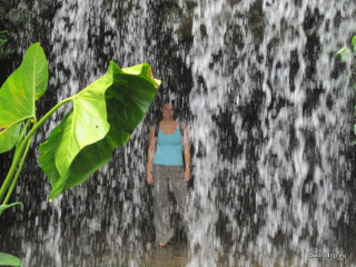 Anita im Wasserfall