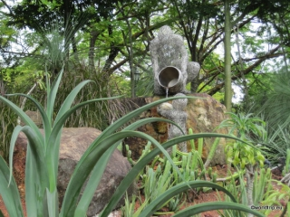 Kaktusbeet mit Skulptur